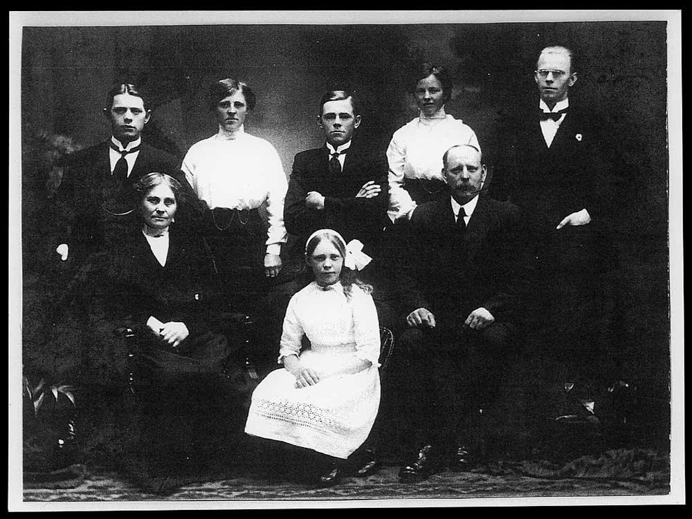 Mills family portrait, circa 1910?